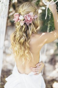 Florile, accesoriul preferat Romantic-wedding-hairstyle-with-flowers